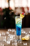 Blaues Cocktail mit Eis Stockbilder
