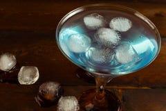 Blaues Cocktail mit Eis, Draufsicht Stockbilder
