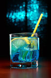 Blaues Cocktail mit Zitrone Stockfoto