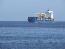 Blaues Containerschiff lizenzfreies stockbild