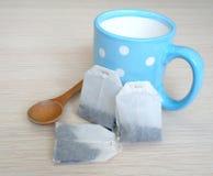 Blaues Cup und Teebeutel Lizenzfreie Stockbilder
