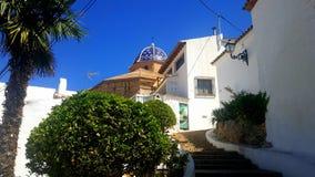 Blaues Dach und weiße Häuser in Spanien Stockfotos