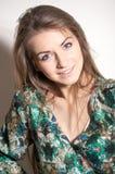 Blaues der Kameramode der Augen glückliches Lächeln u. Betrachten Porträt der jungen Frau auf einem weißen Hintergrund Stockbild