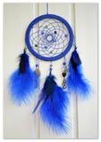 Blaues dreamcatcher auf einem hellen Hintergrund Stockfotos