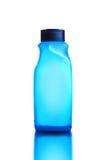 Blaues Duschgel und Shampoo-Flasche auf weißem Hintergrund Stockbild