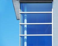 Blaues Eckfenster gegen Himmel Lizenzfreie Stockfotos