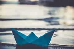 Blaues einsames Papierboot Stockbild