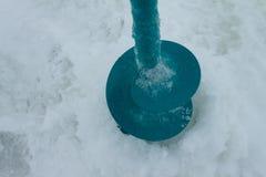Blaues Eis für Winterfischen stockbilder
