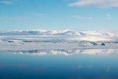 Blaues Eis in Glazial- Lagune Jokulsarlon mit Reflexion, Vatnajokull-Gletscher, Island Lizenzfreie Stockfotos