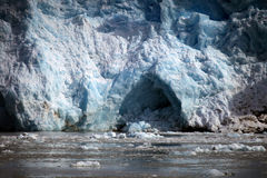 Blaues Eis und kleine Eisberge Gletscherfront im arktischen Svalbard Stockfoto