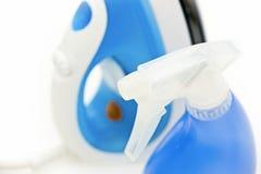 Blaues Eisen und Sprayflasche Lizenzfreie Stockfotografie
