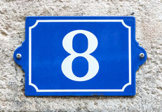 Blaues Email Hausnummer 8 der Weinlese Lizenzfreie Stockfotos