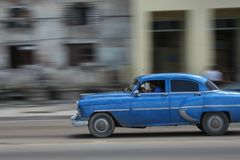 Blaues Fünfzigerjahre Auto in Havana Lizenzfreie Stockfotografie
