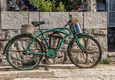 Blaues Fahrrad nahe bei Wand Lizenzfreies Stockfoto