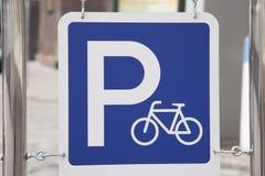 Blaues Fahrrad-Parken-Zeichen Stockbilder