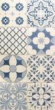 Blaues Farbmuster auf weißen Mosaikfliesen Stockbild