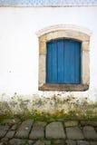 Blaues Fenster über Gehweg Stockbilder