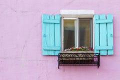 Blaues Fenster auf der rosafarbenen Wand mit Platz Lizenzfreie Stockfotografie