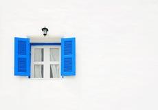 Blaues Fenster auf der weißen Wand Stockbilder