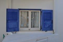 Blaues Fenster auf typischem Haus in Griechenland stockfotografie
