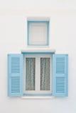 Blaues Fenster auf weißem Haus Stockfoto