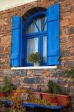 Blaues Fenster der Weinlese mit Fensterladen (Griechenland) Stockbilder