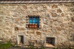 Blaues Fenster in einer rustikalen Wand Lizenzfreies Stockfoto