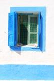 Blaues Fenster mit Fensterläden auf griechischer Insel Lizenzfreies Stockfoto