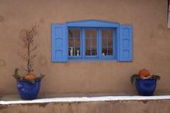 Blaues Fenster in Sante Fe New Mexiko Stockfotos