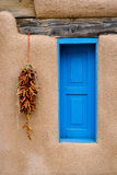 Blaues Fenster und roter Pfeffer Ristra Stockfotos
