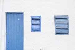 Blaues Fenster und Tür gemacht aus hölzerner und weißer Wand heraus Lizenzfreie Stockbilder