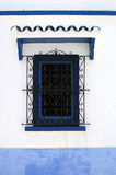 blaues Fenstererrichten stockfoto