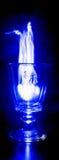 Blaues Feuer-Wein-Glas Stockfotos