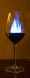 Blaues Feuer-Wein-Glas Lizenzfreie Stockfotos