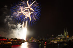 Blaues Feuerwerk vor der Kathedrale von Köln Stockbild