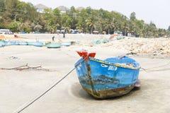 Blaues Fischerboot auf sandigem Strand in Vietnam lizenzfreies stockfoto