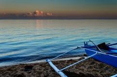 Blaues Fischerboot bei Sonnenuntergang Lizenzfreie Stockfotografie