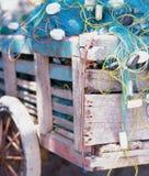 Blaues Fischernetz in einem hölzernen Wagen Stockfotos
