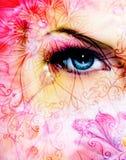 Blaues Frauenauge, das herauf das Verzaubern von hinten eine blühende rosafarbene Lotosblume und Verzierungsmuster strahlt Lizenzfreies Stockfoto