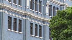 Blaues Gebäude mit weißem Formteil stock video footage
