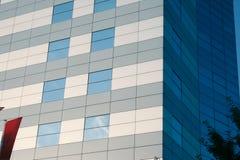 Blaues Gebäude u. rote Fahne Stockfotografie