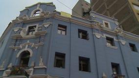 Blaues Gebäude und hohes Gebäude stock video footage