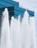 Blaues Gebäude, Wildwasser Stockfotos