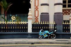 Blaues gelbes sportliches Motorrad geparkt auf Pflasterung Stockfotografie