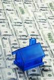 Blaues Geld-Haus Stockfotografie