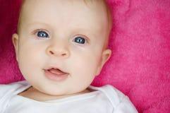 Blaues gemustertes Baby Stockbild