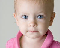 Blaues gemustertes Baby, das gerade Ihnen betrachtet Lizenzfreies Stockbild