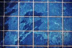 Blaues geplätschertes Wasser des Swimmingpools Stockbild