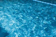 Blaues geplätschertes Wasser des Swimmingpools Lizenzfreie Stockfotos