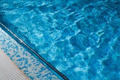 Blaues geplätschertes Wasser des Swimmingpools Lizenzfreies Stockfoto